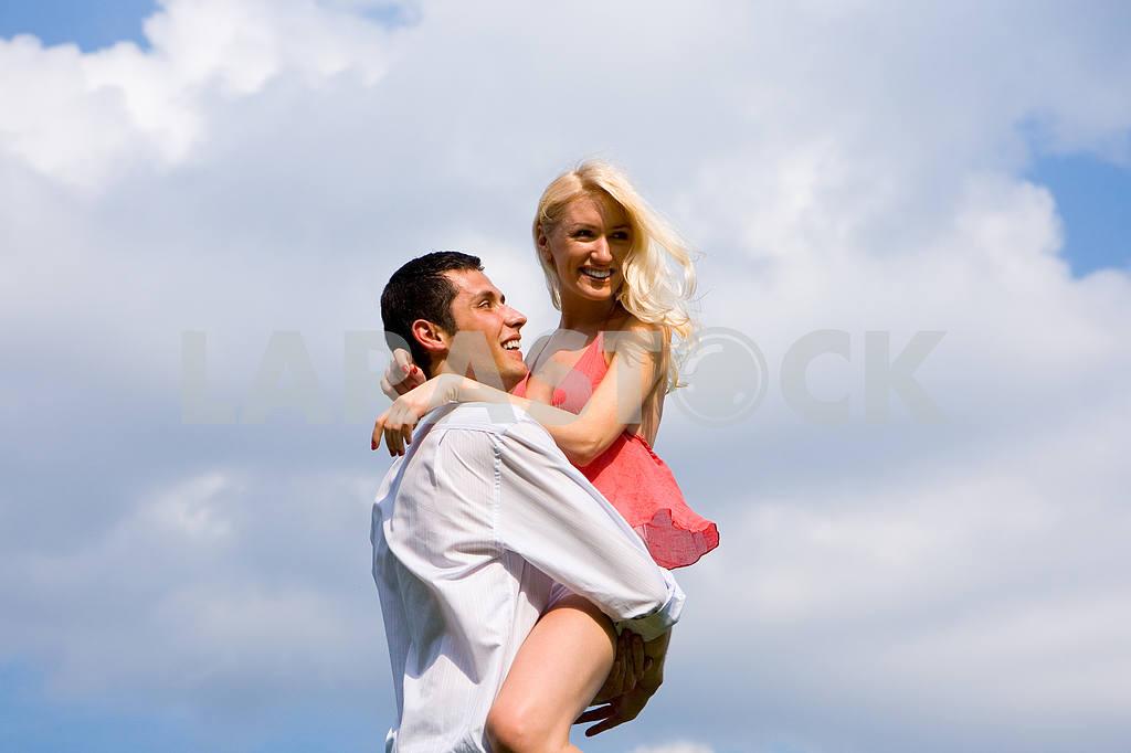 Молодая игривая пара на летние дни . — Изображение 5198