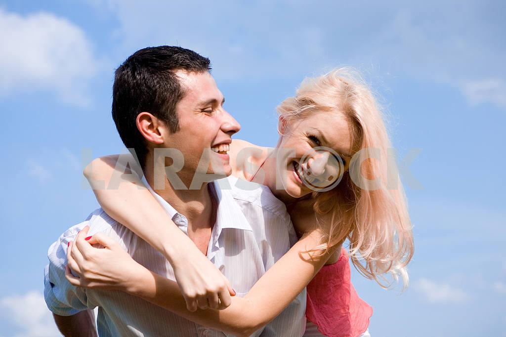 Молодые любви пара, улыбаясь в голубое небо — Изображение 5200