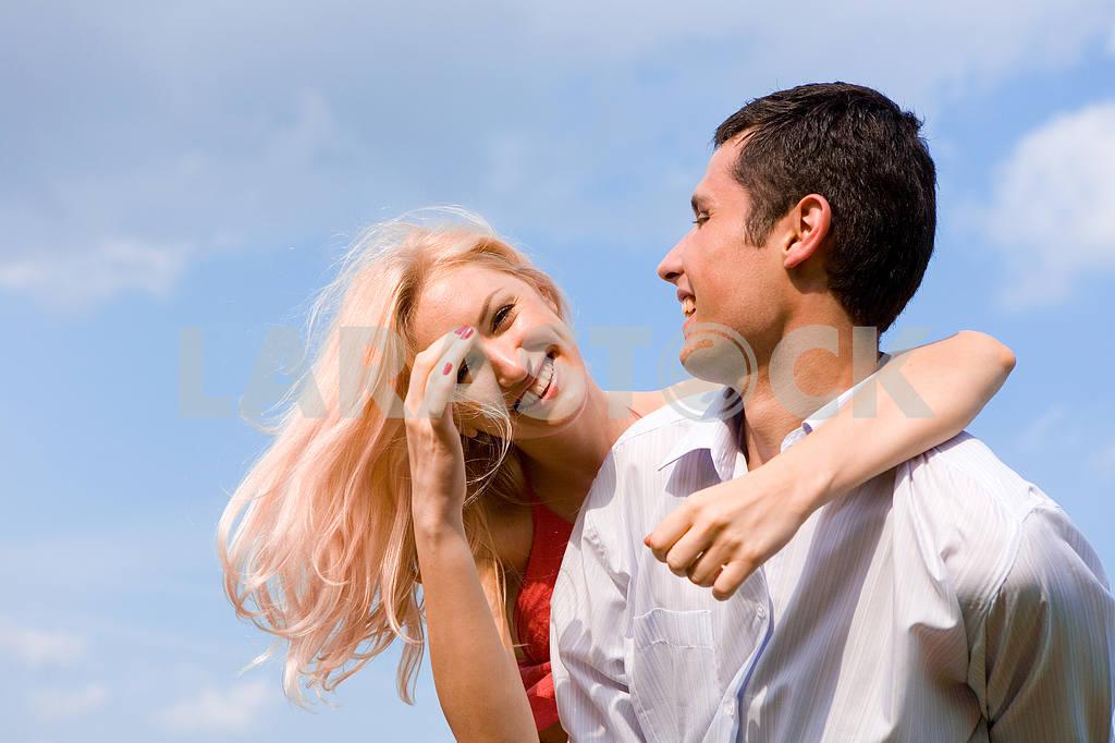 Молодые любви пара, улыбаясь в голубое небо — Изображение 5201
