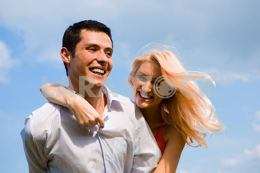Young love Couple smiling under blue sky — Image 5204