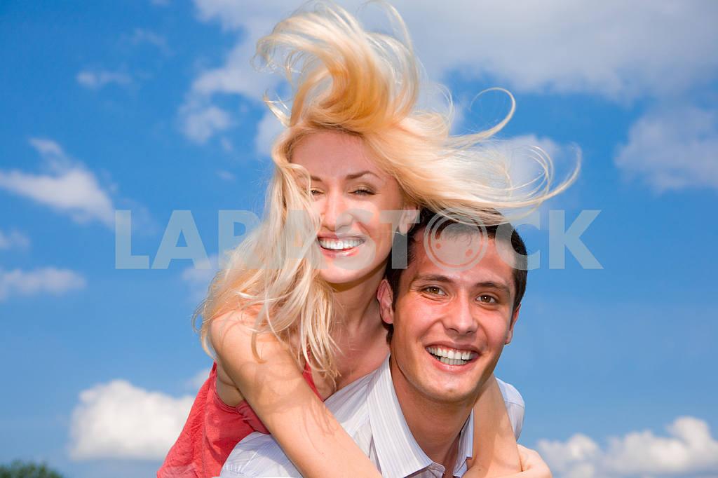 Молодые любви пара, улыбаясь в голубое небо — Изображение 5206