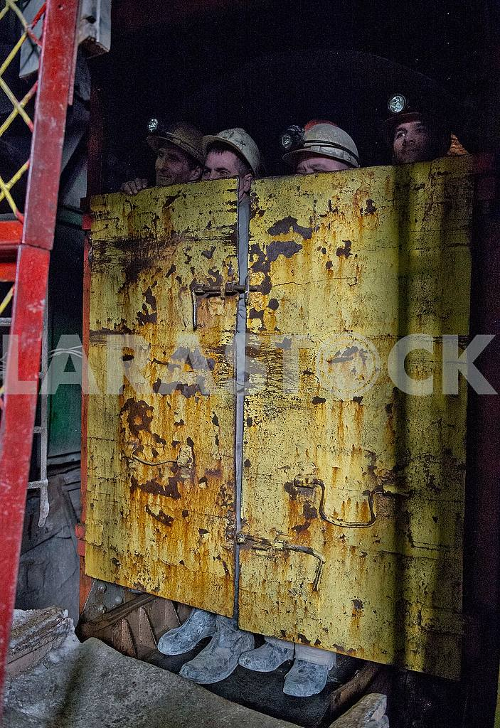 Crate with miners — Image 52074