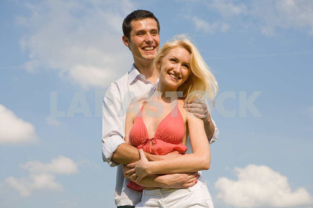 Young love couple smiling under blue sky — Image 5209