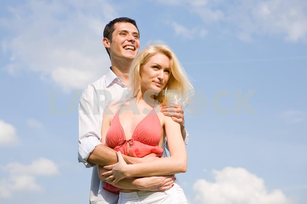 Молодые любви, пара , улыбаясь в голубое небо — Изображение 5210