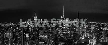 Черно-белая фотография ночного Нью-Йорка. США