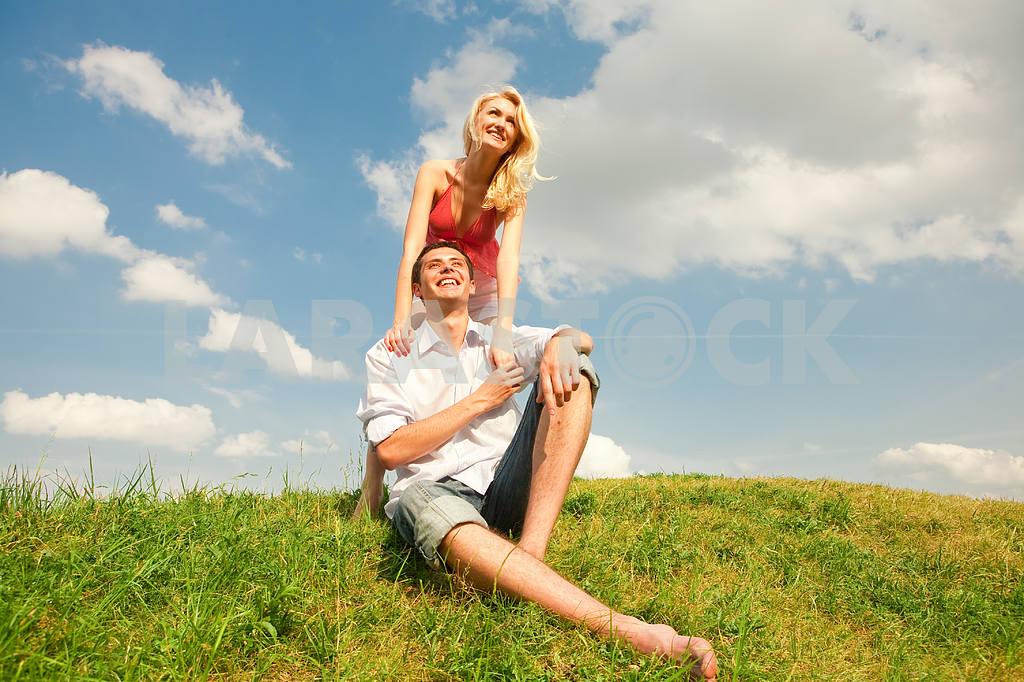 Молодые любви пара, улыбаясь в голубое небо — Изображение 5229