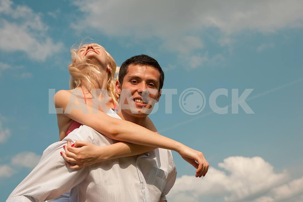 Молодые любви пара, улыбаясь в голубое небо — Изображение 5234