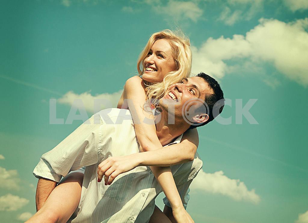 Молодые любви пара, улыбаясь в голубое небо — Изображение 5235