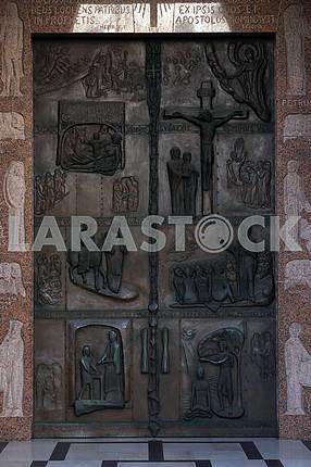 Иллюстрации из Библии на дверях Базилика Благовещения в Назарете