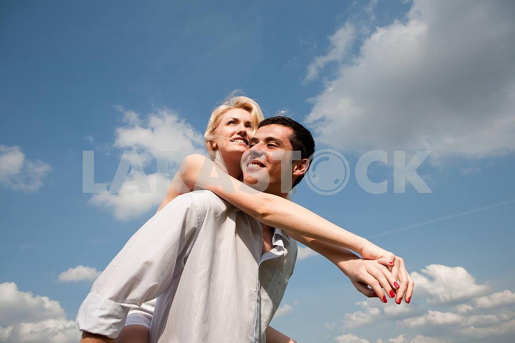 Молодые любви пара, улыбаясь в голубое небо — Изображение 5237