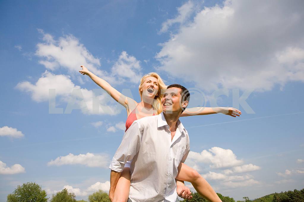 Молодые любви, пара , улыбаясь в голубое небо — Изображение 5239