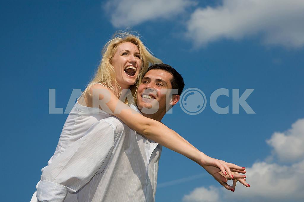 Молодые любви, пара , улыбаясь в голубое небо — Изображение 5243