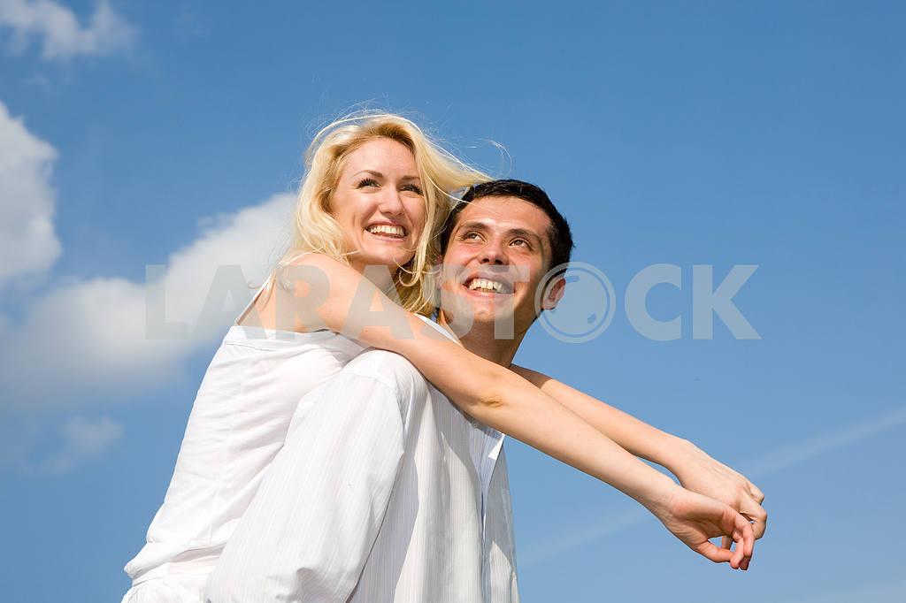 Молодые любви, пара , улыбаясь в голубое небо — Изображение 5245