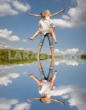 Счастливый молодой любви пара - прыжки в голубое небо