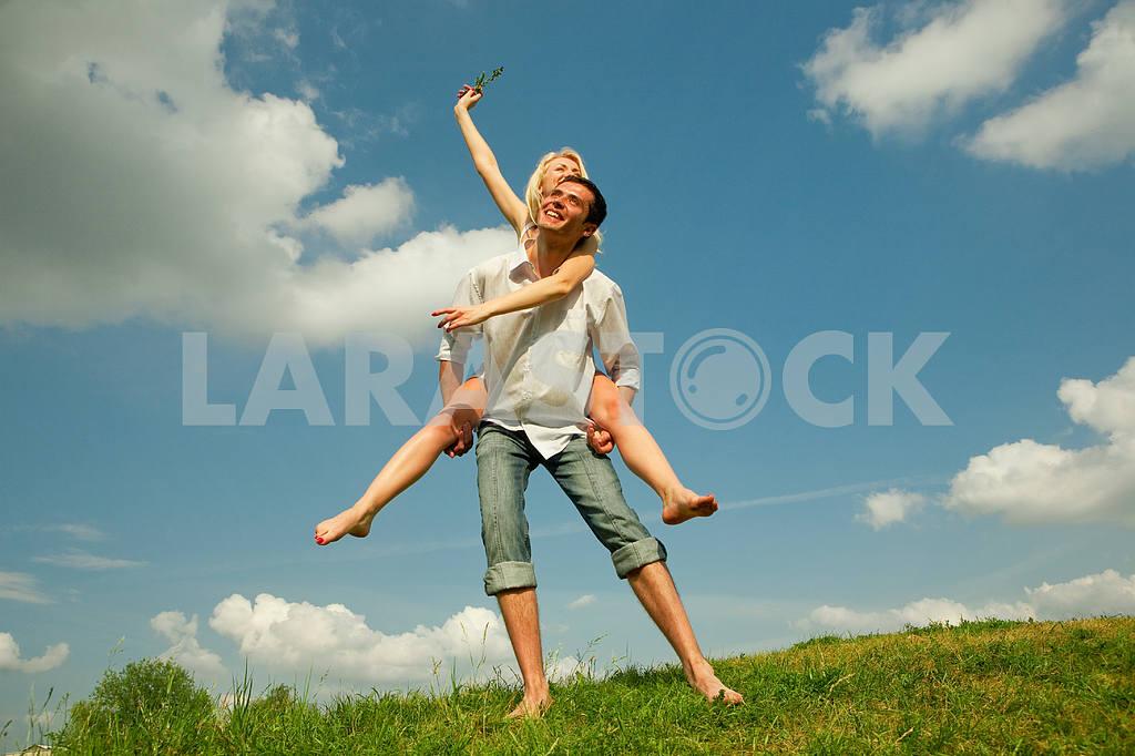 Молодые любви пара, улыбаясь в голубое небо — Изображение 5248
