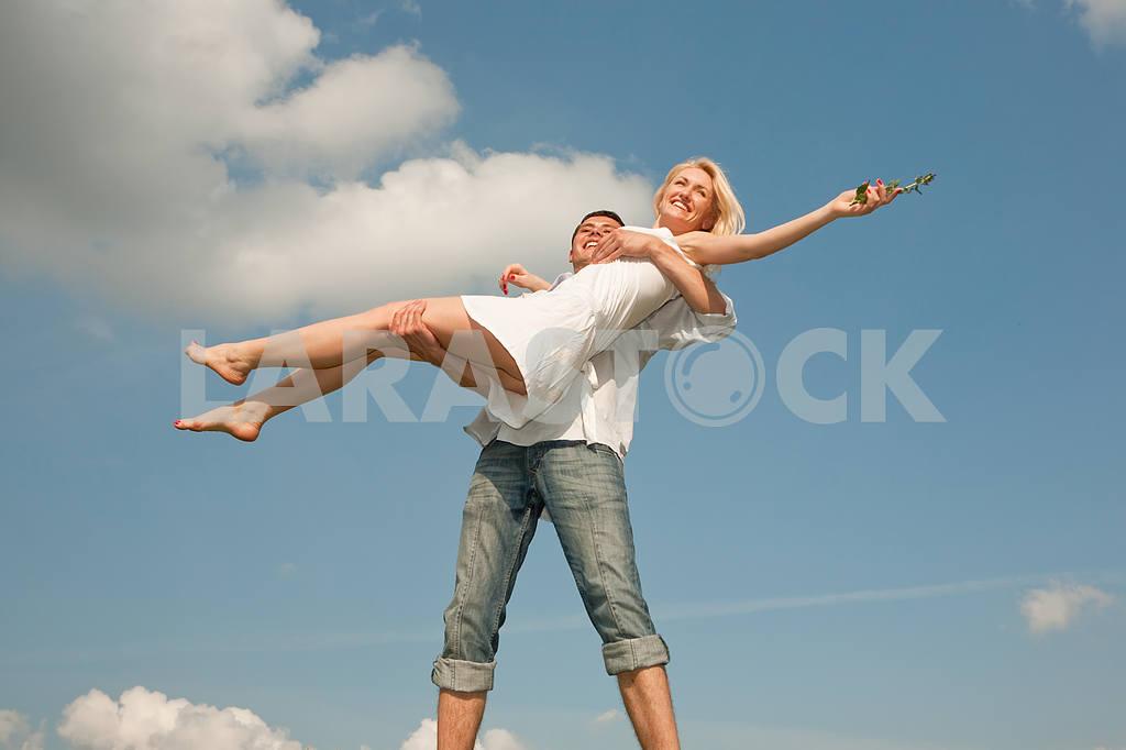 Молодые любви пара, улыбаясь в голубое небо — Изображение 5252