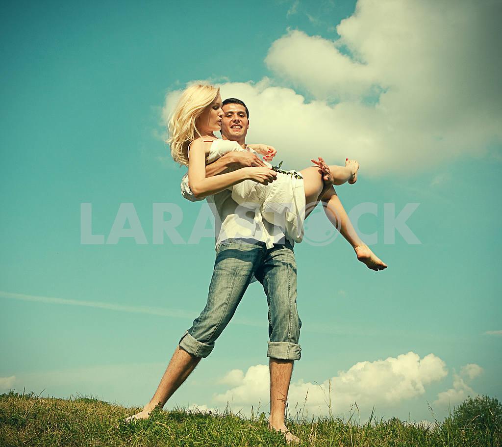 Молодые любви пара, улыбаясь в голубое небо — Изображение 5253