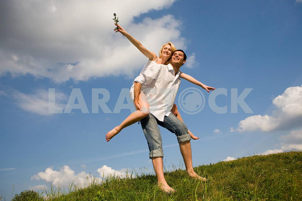 Молодые любви, пара , улыбаясь в голубое небо — Изображение 5263
