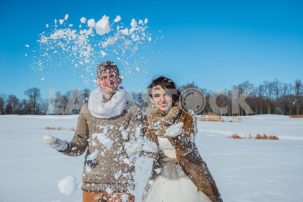 Молодая пара свадьба, играя в снегу в Солнечный зимний день. Свадьба в деревенском стиле. Милая девушка в коротком свадебном белом платье, голубое небо на заднем плане. Браун свадебный стиль — Изображение 52642