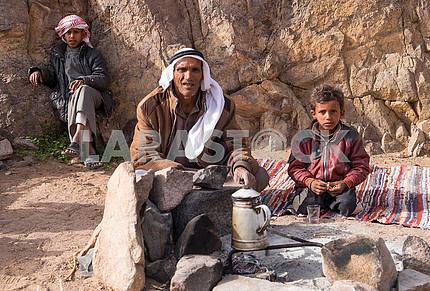 Отец бедуин с сыновьями