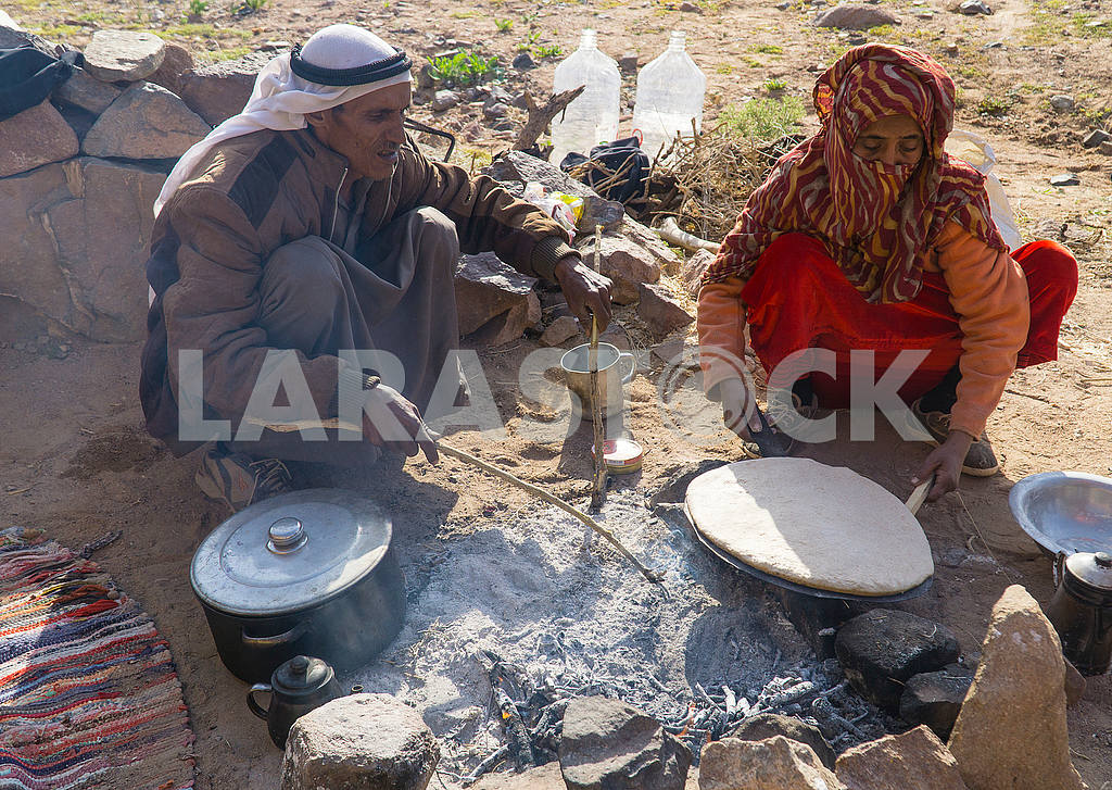 Bedouin and his wife are preparing a cake — Image 52704