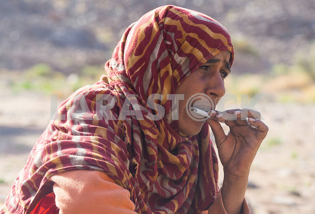 Bedouin turns cigarette — Image 52705