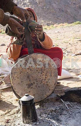 Бедуины готовят лепешку