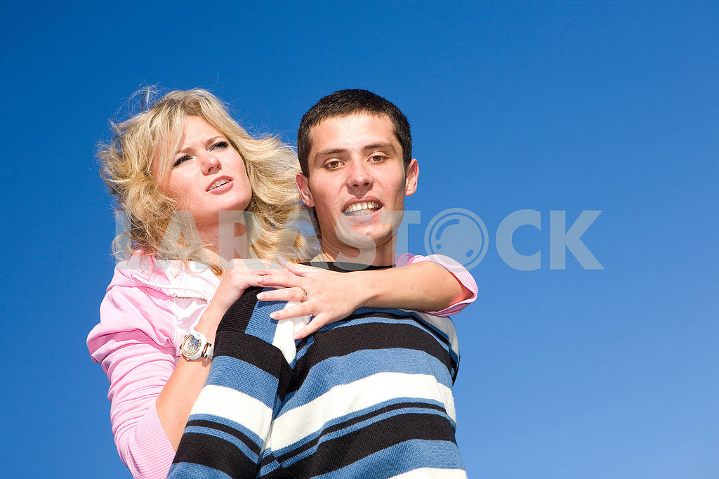Young love couple smiling under blue sky — Image 5281