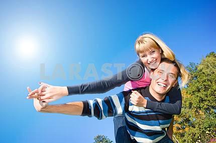 Молодые любви , пара, улыбаясь конец летать в голубое небо