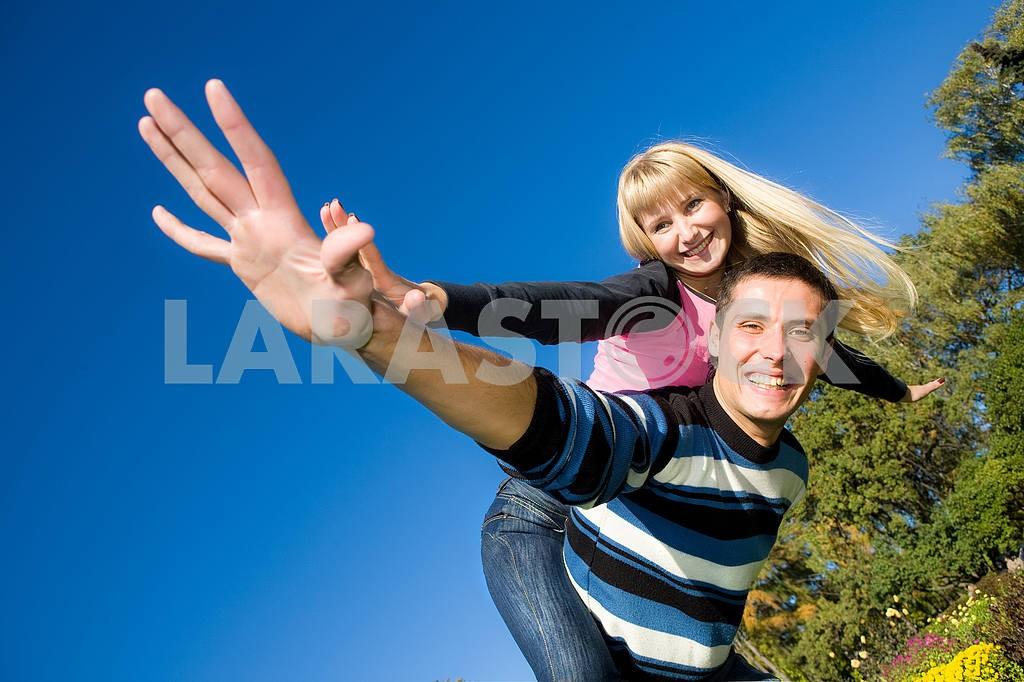 Молодые любви, пара , улыбаясь в голубое небо — Изображение 5291