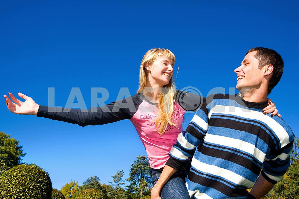 Молодые любви, пара , улыбаясь в голубое небо — Изображение 5293