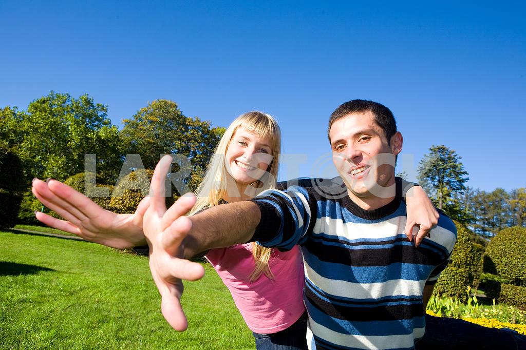Молодые любви, пара , улыбаясь в голубое небо — Изображение 5294