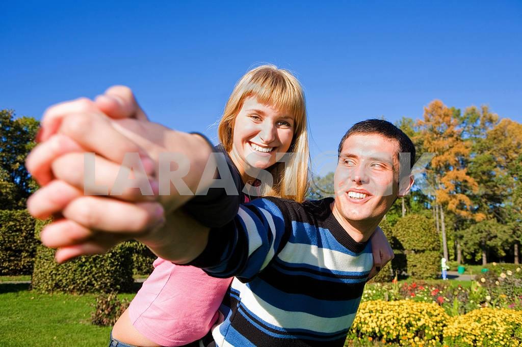 Молодые любви, пара , улыбаясь в голубое небо — Изображение 5295
