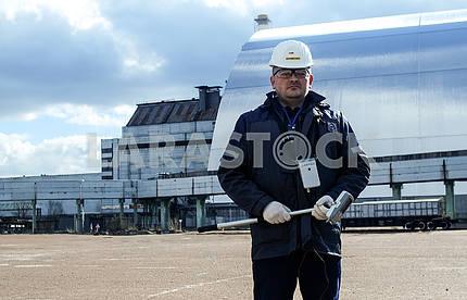 Дозиметрист возле саркофага над 4-м энергоблоком ЧАЭС