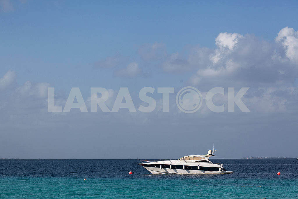 White yacht in Caribbean Sea — Image 53190