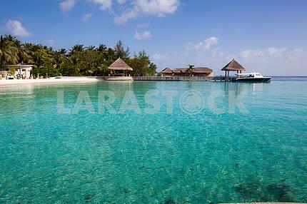 Катер в тропической лагуне на Карибском море