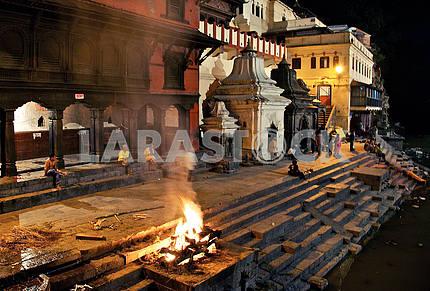 Погребальный огонь на ритуальной плите.