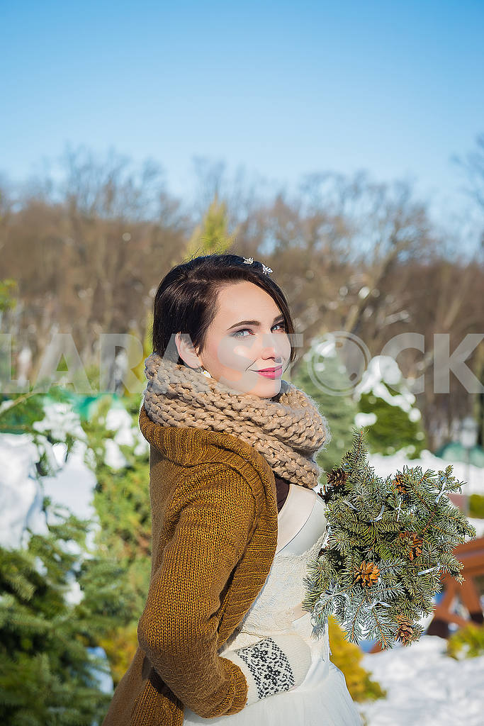 Happy beautiful bride in a snowy winter day. Sunny weather. stylish. with the wedding bouquet made from pine-tree hand made. mittens on hands, short wedding dress. rustic style — Image 53415
