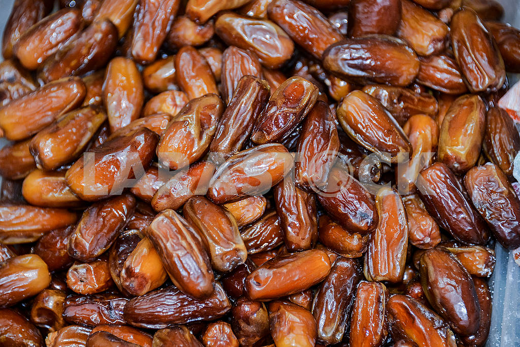 Dried dates on shop window — Image 53471