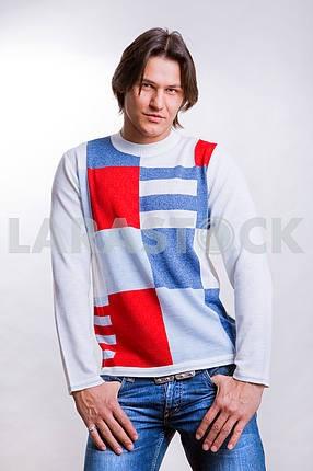 Молодые люди , одетые в современную одежду . В джинсах и свитере