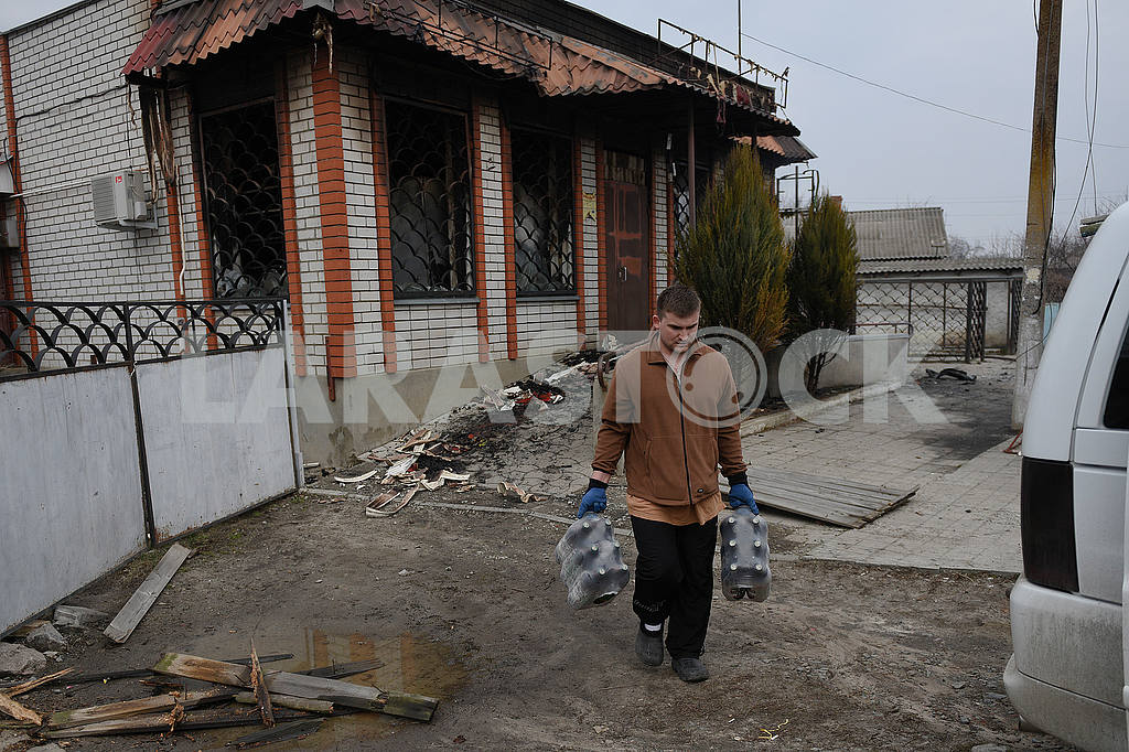 A man takes bottles from a destroyed store in Balakley — Image 53958