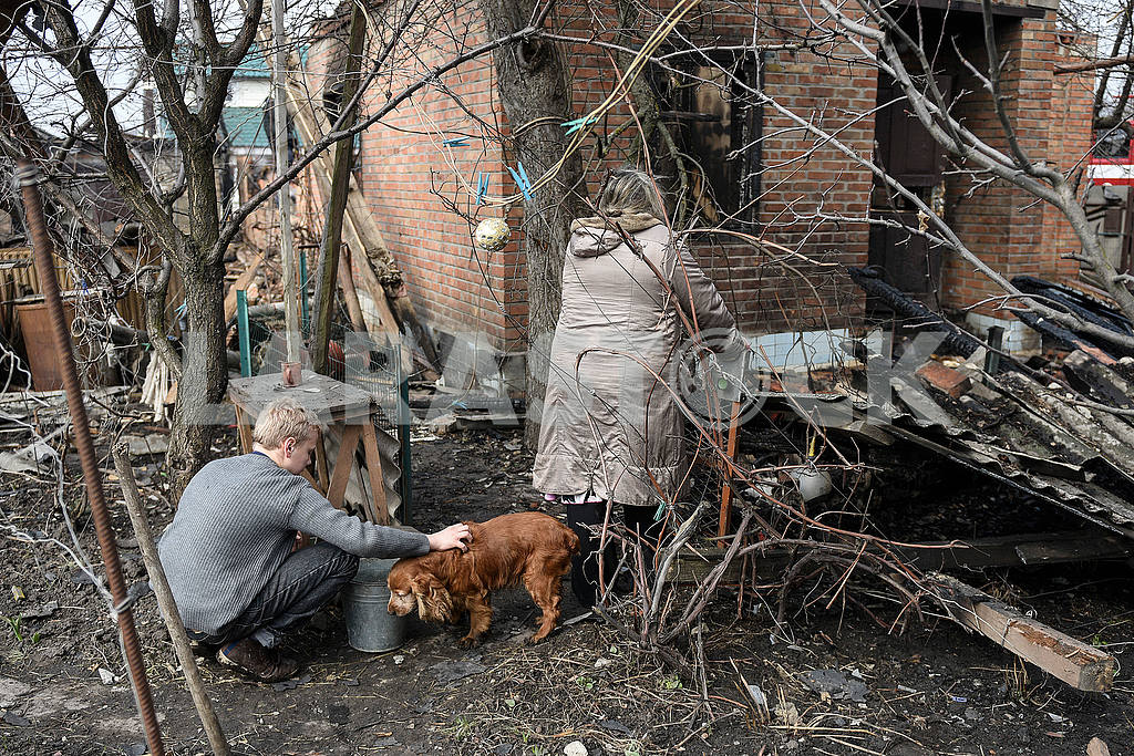 Residents with a dog at a fire in Balakley — Image 53972