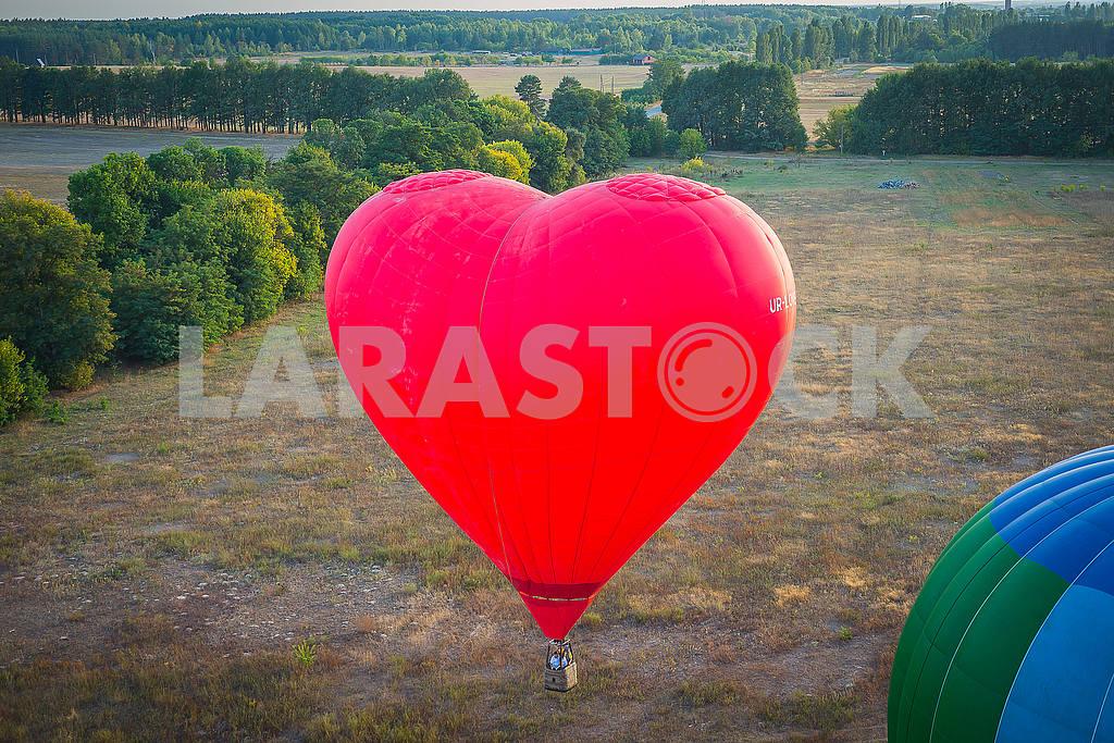 Вид сверху - ландсакейп. Маленький город и горизонт. Полет на воздушном шаре. Корзина 1000 метров. Весело провести время, романтический полет и большой воздушный шар в форме сердца — Изображение 54061