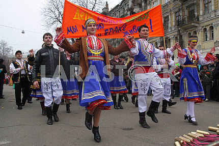 Артисты в молдавских костюмах на Юморине
