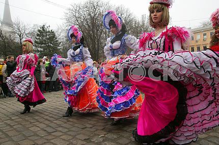 Девушки в карнавальных костюмах на Юморине