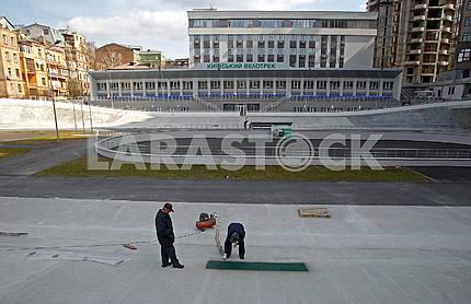 Рабочие на реконструкции киевского велотрека