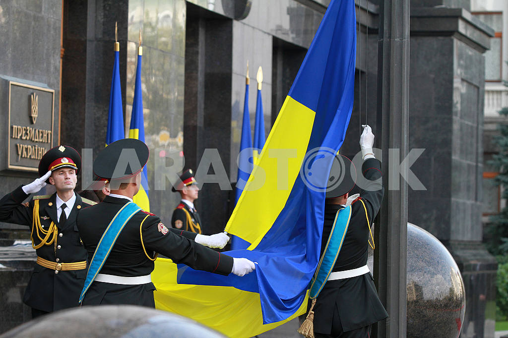 Servicemen of the Guard of Honor Company with the flag — Image 54157
