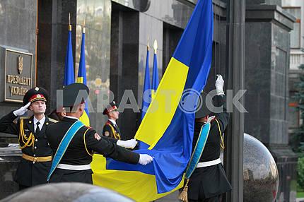 Военнослужащие роты почетного караула с флагом