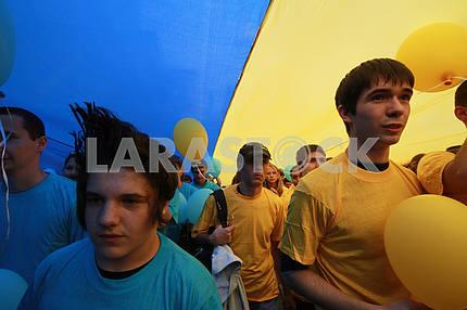 Молодые люди несут флаг Украины