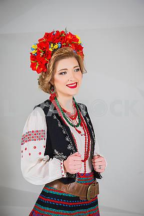 Красивая девушка в национальном украинском костюме. Захваченных в студии. Вышивка и куртка. венок. венок. красные губы